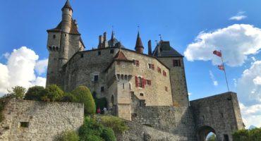 Menthon-Saint-Bernard-Savoja-Francija-shutterstock_1239170806