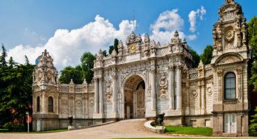 Istanbul-Dolmbache-palača-shutterstock_90692878